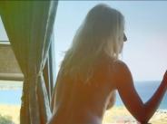 Камелия се показа чисто гола от хотелската стая