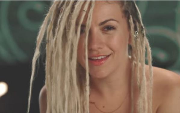 Поли Генова преобразена в новия си видеоклип