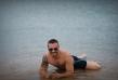 Крум също е сред звездите, които избраха Гърция за първи плаж през лято 2017. Певецът вече блажено се потопи в морето и зарадва феновете си със снимки по бански
