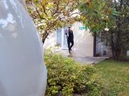 Папарашки удар! Дамян Попов инкогнито пред клиника за присаждане на коса width=