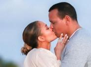 Дженифър Лопес се сгоди на плажа