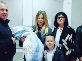 Снимки от изписването на Емилия и бебето